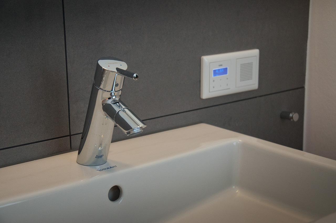 Radio an den Badlichtschaltern